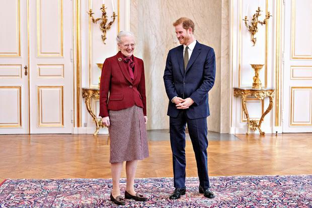 Królowa Małgorzata II i książę Harry podczas wizyty w Danii w październiku 2017 r.