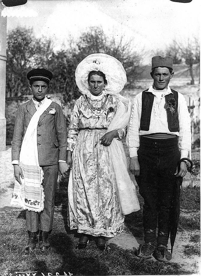 Mladu je kapa smiljevac čuvala od uroka, beogradska Posavina 1929. godine