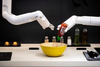 Sztuczna inteligencja nie może zostać twórcą, bo nie ma zdolności prawnej