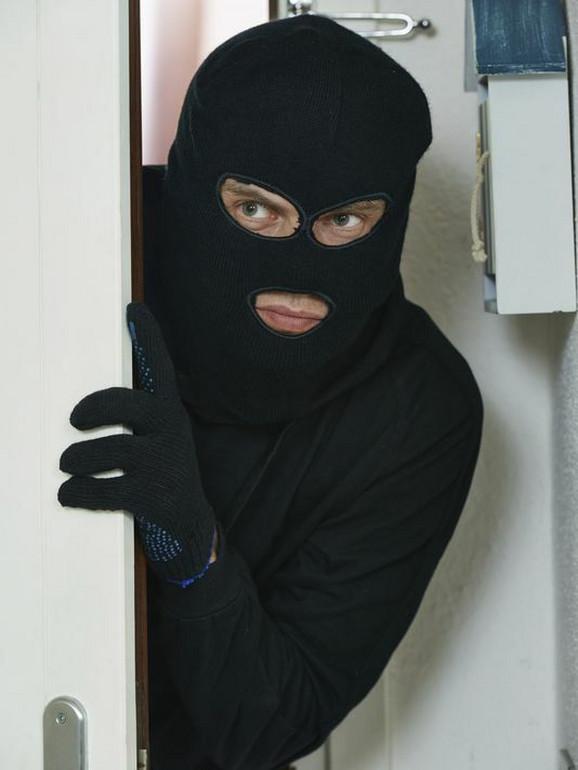 Spuštene roletne, zatvoreni prozori, ugašena svetla, indikatori su lopovima da nema nikoga u stanu