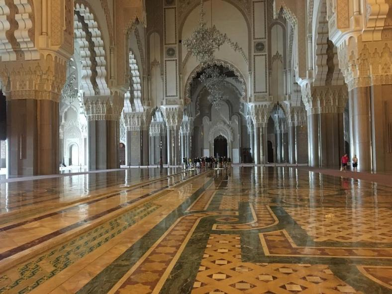 The prayer hall can accommodate 25,000 faithful with a total area of 20,000 m2