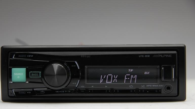 Gniazdo USB w radiu Alpine UTE-81R wykorzystasz na różne sposoby.