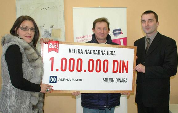 Slavica Krčmar iz Alfa banke uručuje nagradu Arpadu Veniču (u sredini)