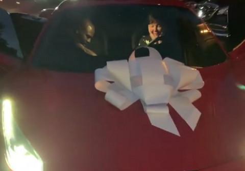 IMA SE, MOŽE SE: Starleta kupila majci skupoceni automobil! (VIDEO)