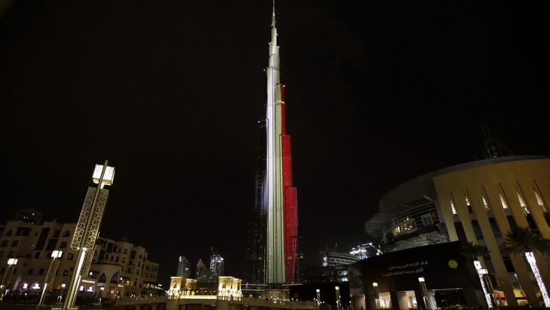W barwach belgijskiej flagi podświetlono najwyższy budynek na świecie - Burdż Chalifę w Dubaju.