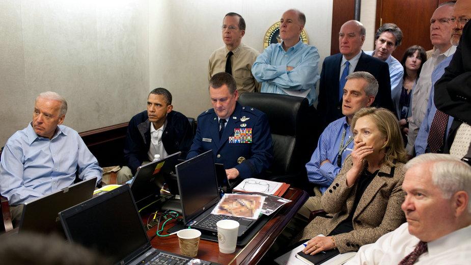 Najważniejsze osoby w USA oglądają na żywo relację z ataku komandosów na kryjówkę Osamy bin Ladena w Pakistanie, 1 maja 2011 r.