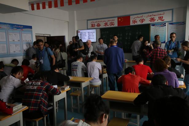 Aksu, Chiny 24 kwietnia 2019 r. Ujgurzy w obozie reedukacyjnym uczą się chińskiego