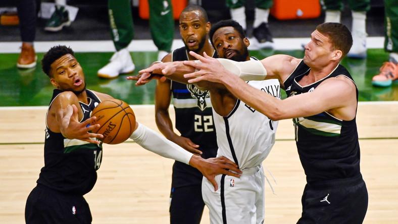 Zawodnik Brooklyn Nets Jeff Gren w starciu z graczami Milwaukee Bucks: Giannisem Antetokounmpo (L), Khrisem Middletonem (z tyłu) i Brookiem Lopezem (P)