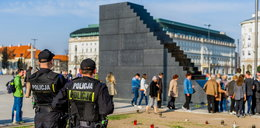 Policja całą dobę chroni pomnik smoleński. Czego się boją?