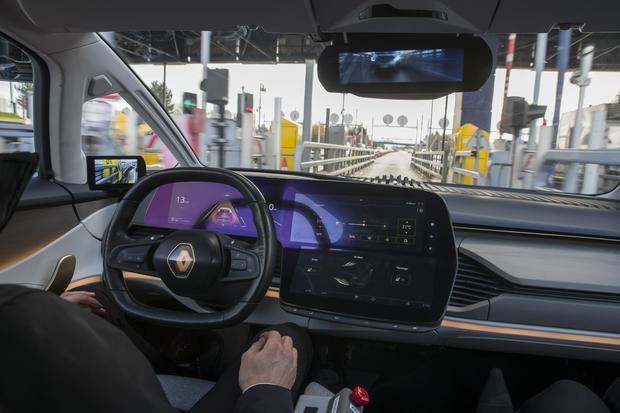 Renault Symbioz - samochód automatycznie rozpoznaje właściwy pas ruchu do pokonania bramek