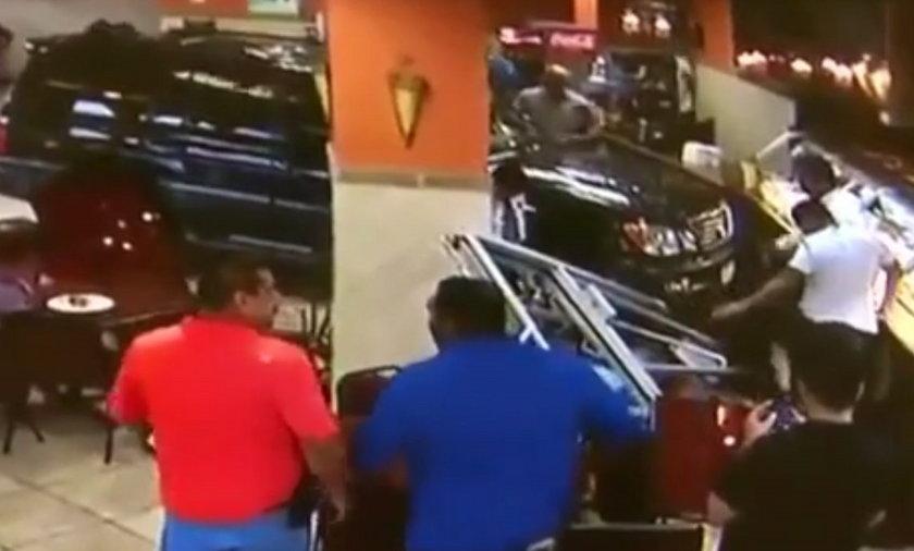 Wjechała autem do restauracji.