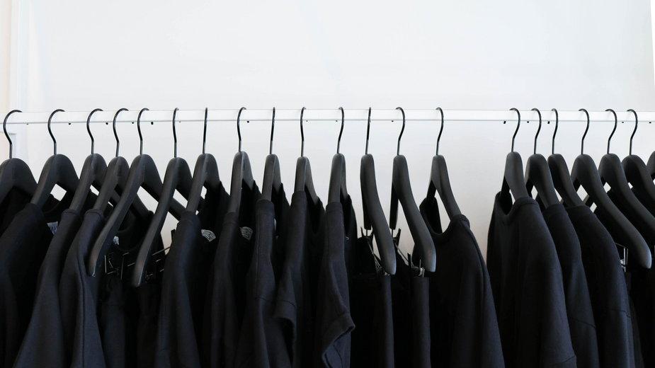 Ładni, pewni siebie, godni zaufania... Kto ubiera sięna czarno? / Photo by The Creative Exchange on Unsplash