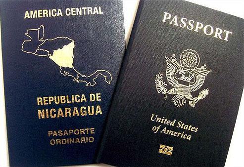 Paszport Nikaragui (z lewej)
