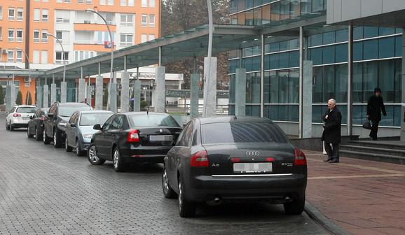 Na devet službenika jedan automobil_ Ispred prostorija Vlade RS