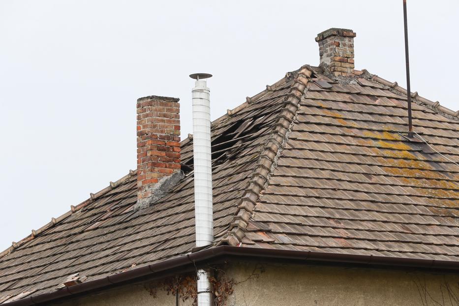 A detonáció a tetőt is megbontotta / Fotó: Fuszek Gábor