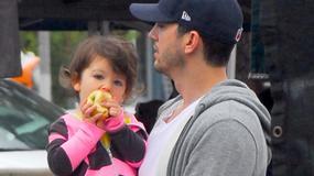Ashton Kutcher i Mila Kunis z córeczką na spacerze