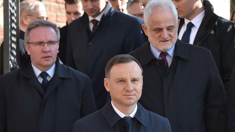 Prezydent Andrzej Duda po wyjściu z Krypty pod Wieżą Srebrnych Dzwonów na Wawelu