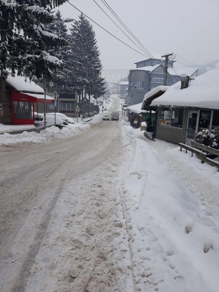 U Novoj Varoši kritično, a sneg ne prestaje da pada