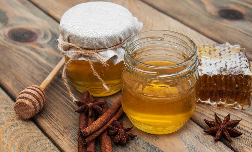 Miód i cynamon. Sprawdź, jaki wpływ na nasze zdrowie ma miód i cynamon.