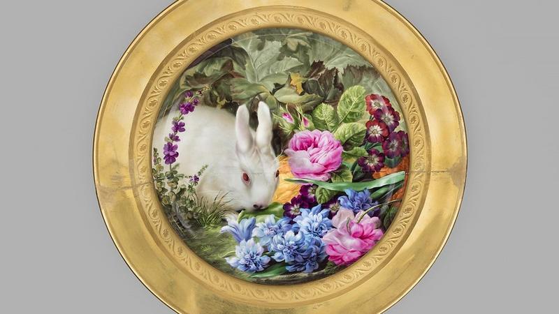 Wiedeń, Cesarska Manufaktura Porcelany, miniatura, Josef Nigg (1782–1863), Talerz z królikiem wśród kwiatów, 1815, porcelana, farby naszkliwne, złocenia.