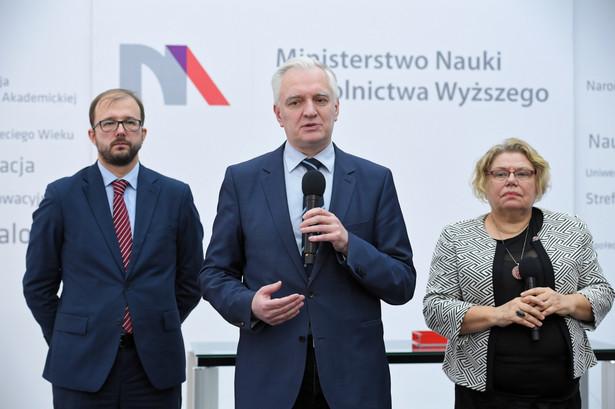 Wicepremier, minister nauki i szkolnictwa wyższego Jarosław Gowin podczas konferencji prasowej nt. kolejnej misji kosmicznej z udziałem polskiej firmy w siedzibie MNiSW w Warszawie.