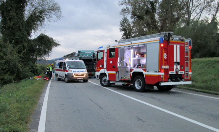 Loznica05 tragedija na putu kod loznice policija hitna i vatrogasci na mestu nesrece foto s.pajic