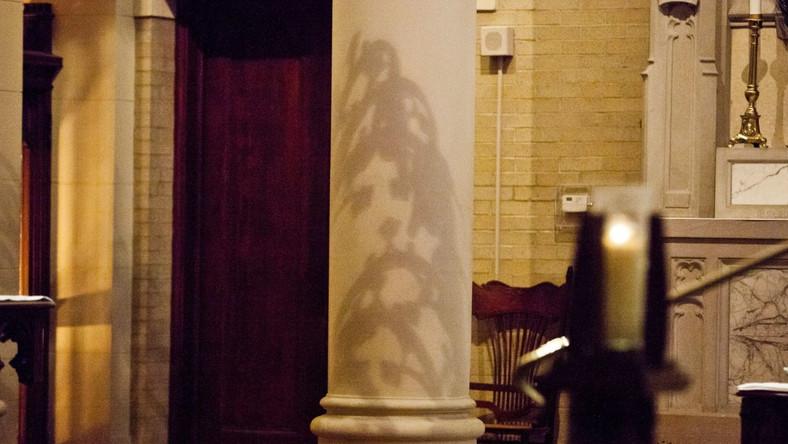 Wizerunek objawił się na kolumnie obok ołtarza w kościele należącym do prywatnej szkoły katolickiej Ursuline Academy
