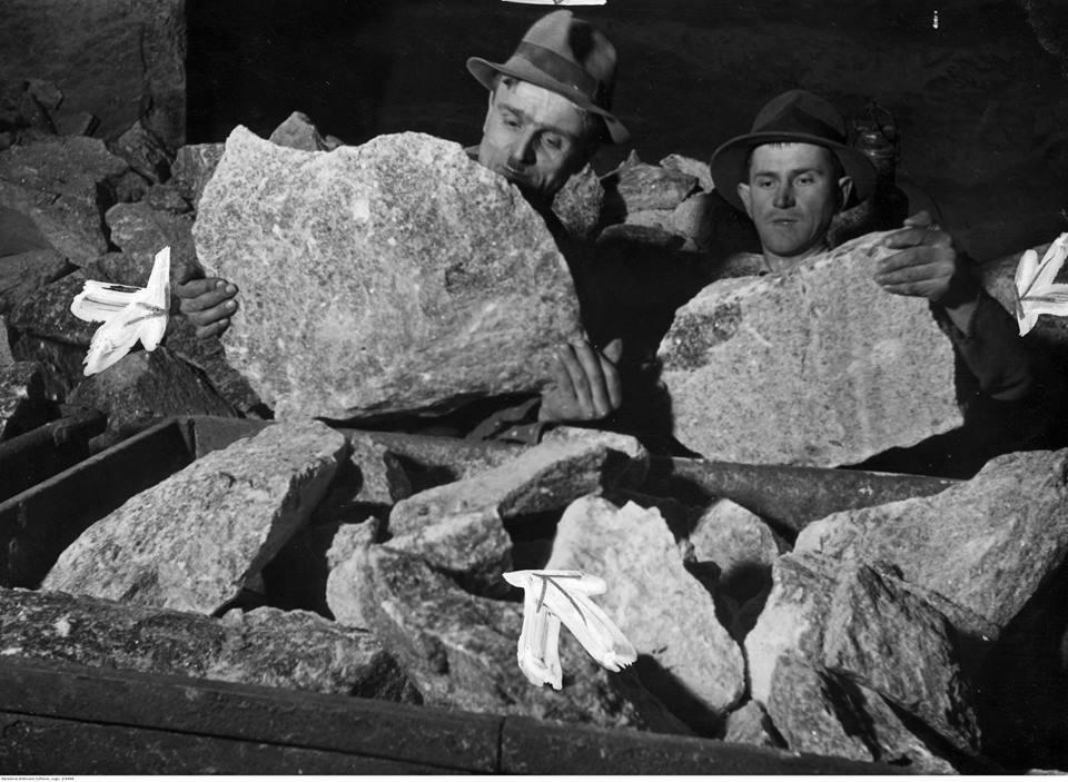 Dwaj górnicy ładują bryły soli na wagonik w kopalni, rok 1940
