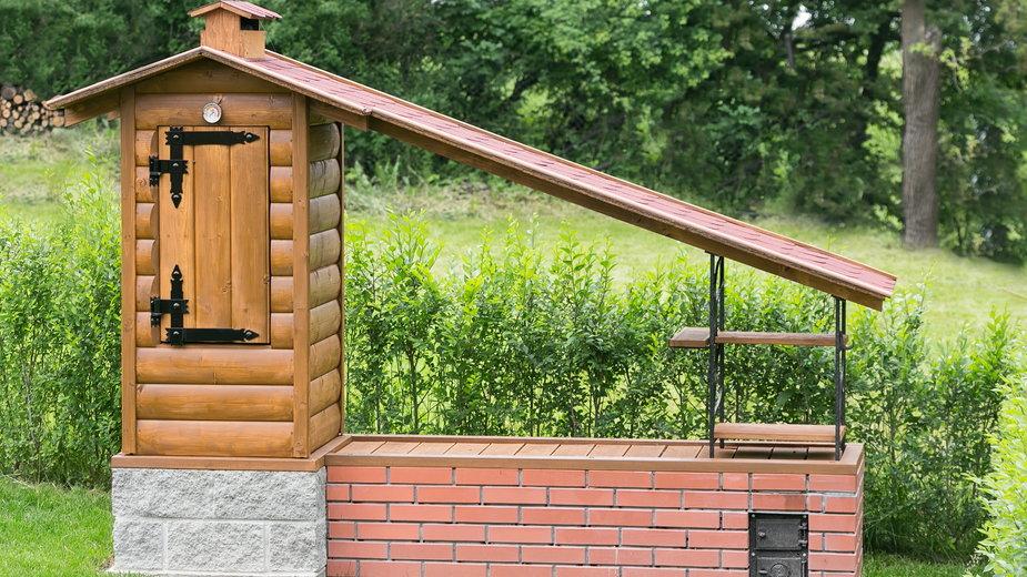 Wędzarnia ogrodowa może być wykonana między innymi z drewna - pitrs/stock.adobe.com