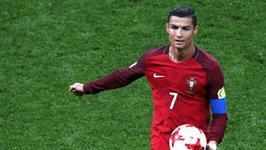 Cristiano Ronaldo prezentuje klatę. Idealna?