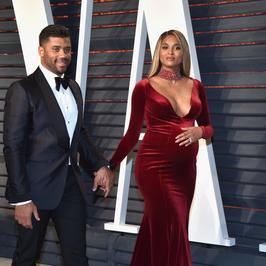 """Russell Wilson i Ciara na imprezie """"Vanity Fair"""". Odważny dekolt ciężarnej gwiazdy"""