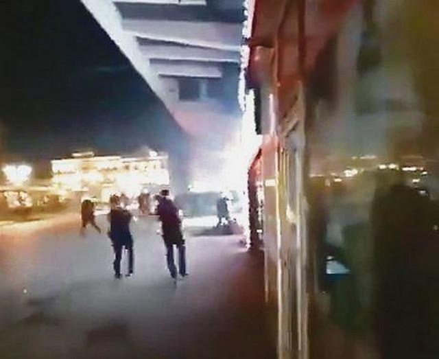Na snimku se vidi kako više osoba udara mladića