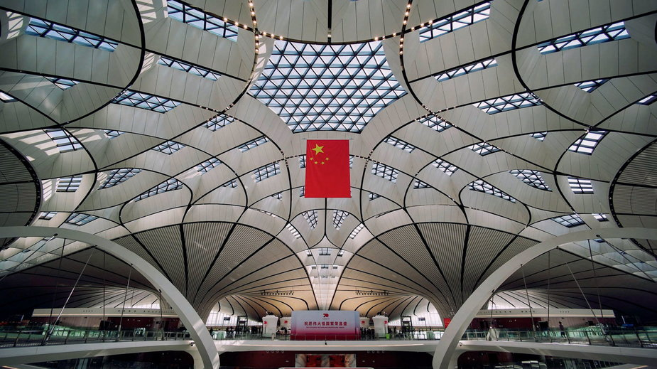 Wnętrze terminalu najnowszego lotniska w Chinach – Daxing International.