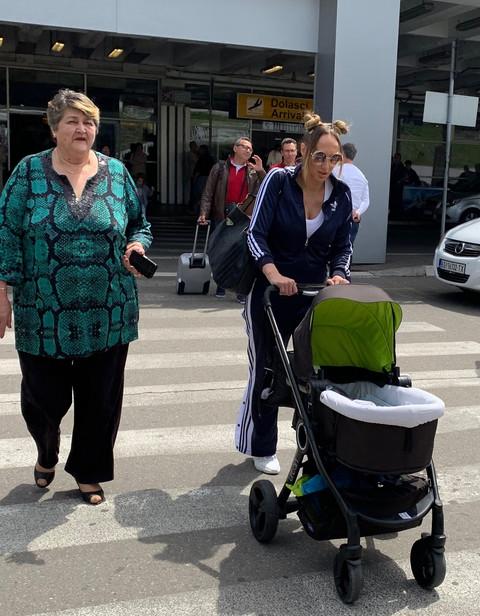 Goga Sekulić došla sa sinom, na aerodoromu je sačekala mama, a onda je po starom srpskom običaju je uradila OVO!