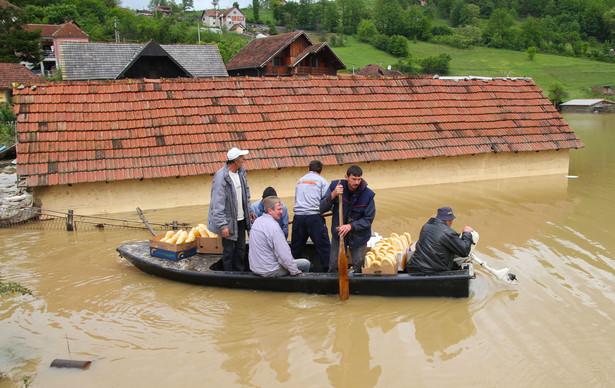 """Ofiary powodzi wspierają gwiazdy z Bałkanów. Serbski tenisista Novak Djoković przekazał premię finansową za wygrany turniej w Rzymie - prawie pół miliona euro - na pomoc potrzebującym. """"Gdy powódź przejdzie, będziemy potrzebowali pomocy od całego świata, bo proces odbudowy może potrwać miesiące lub lata. To największa katastrofa w historii naszego kraju.""""- mówił sportowiec. Z kolei urodzony w Sarajewie reżyser Emir Kusturica, użyczył dwóch swoich śmigłowców do prowadzenia akcji ratunkowej. Fot. PA/DRAGAN KARADAREVIC"""