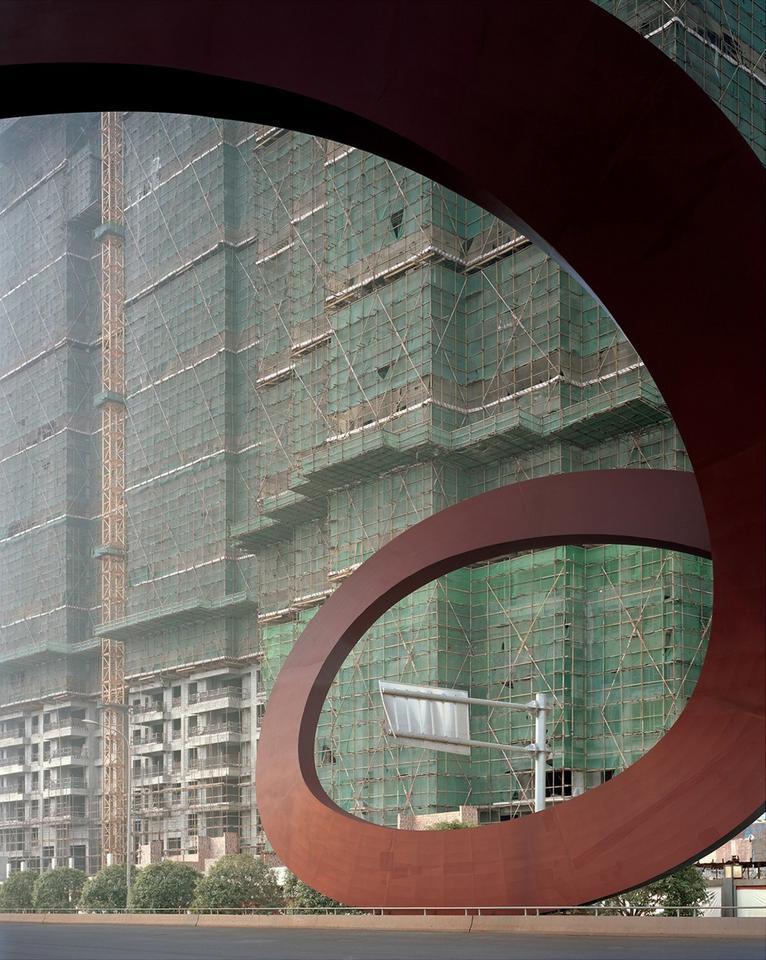 Na zdjęciach udało się uchwycić złożony moment w urbanizacji Chin. – Wiele z takich miast zasiedlanych jest dopiero po 15 czy 25 latach od rozpoczęcia budowy. Powstają z myślą o odległej przyszłości. Obecnie możemy tylko domniemywać, jak będą wyglądać, gdy wprowadzą się do nich ludzie – mówi Caemmerer.