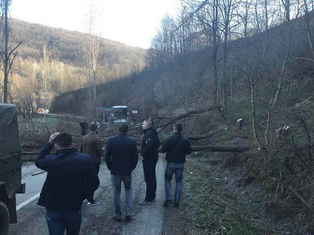 Blokirani autobusi u selu Brod, kod Štrpca