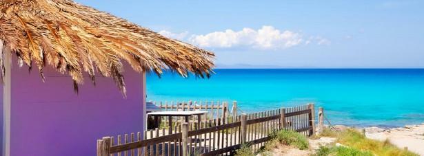 9. miejsce: Formentera - niewielka wyspa, położona zaledwie 11 km od wybrzeża Ibizy. Powierzchnia wyspy to 82 km². W najwęższym miejscu Formentera ma zaledwie 2 km. Formentera zachwyca swoimi pięknymi plażami i turkusową wodą, która przypomina rajskie widoki z Karaibów. Plaże na Formenterze są uważane za najlepsze na całym wybrzeżu Morza Śródziemnego.