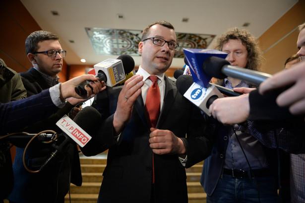 Rzecznik Prokuratury Okręgowej w Warszawie podczas konferencji prasowej poświęconej przeszukaniu w domu byłego ministra sportu i b. sekretarza generalnego PO Andrzeja B.