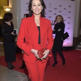 Anna Popek w krwistym garniturze na czerwonym dywanie. Stosownie do okazji?
