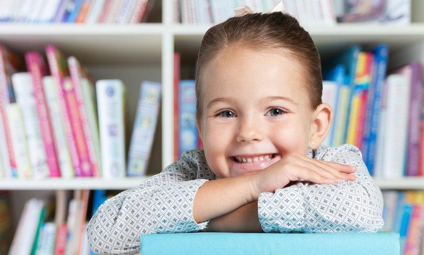 dziewczynka z książkami