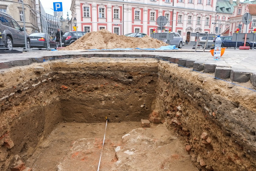 Badania przedłużone. Archeolodzy zostają na Placu Kolegiackim do grudnia