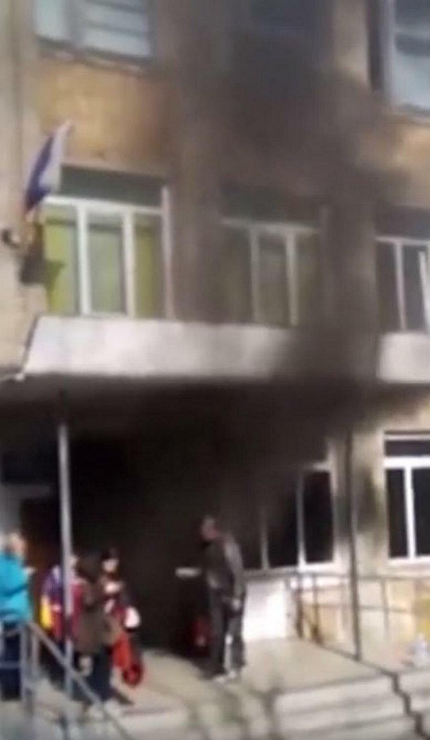 Pożar w szkole. Przerażone dzieci utknęły w zadymionej sali