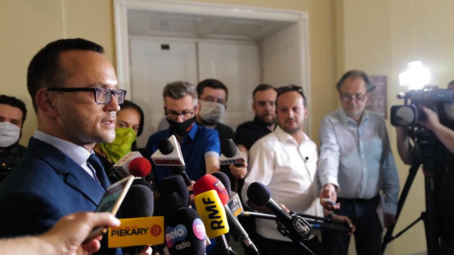 Rzecznik Ministerstwa Aktywów Państwowych Karol Manys podczas spotkania z dziennikarzami