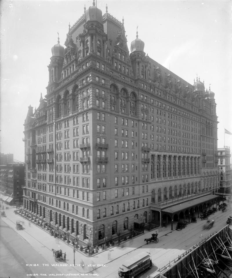 Początkowo hotele były dwa. Właścicielem pierwszego Waldorfa, liczącego 13 pięter i otwartego w 1893 roku był William Waldorf Astor.