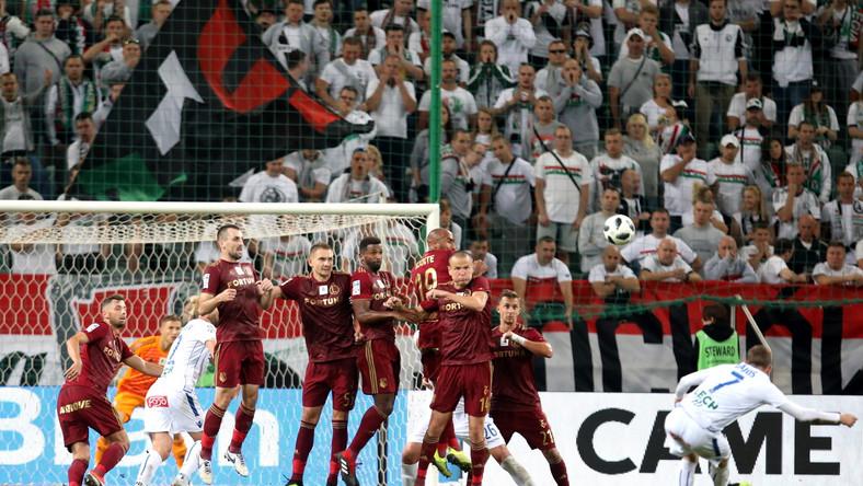 Piłkarz Lecha Poznań Maciej Gajos (P) strzela z rzutu wolnego podczas meczu Ekstraklasy z Legią Warszawa