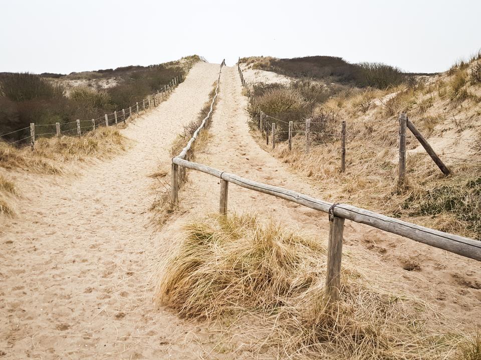 Noordwijk - szerokie piaszczyste plaże Morza Północnego z licznymi campingami przy wydmach.