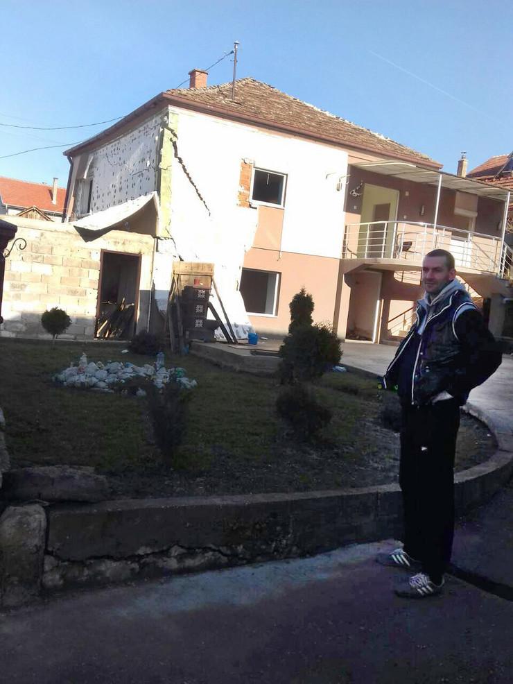 NIS Stefan Djokic ispred kuce koju je tesko ostetilo kliziste u Malosistu foto Privatna arhiva-1