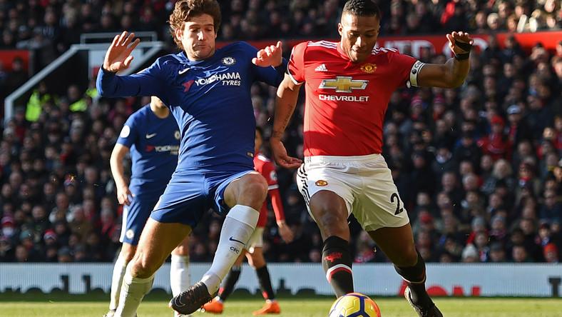 7156779ce Marcos Alonso i Antonio Valencia w walce o piłkę podczas meczu Manchester  United – Chelsea