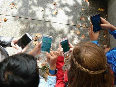 Gra Pokemon Go wykorzystuje rozszerzoną rzeczywistość - smartfonem trzeba łapać potworki rozlokowane w różnych miejscach w swojej okolicy